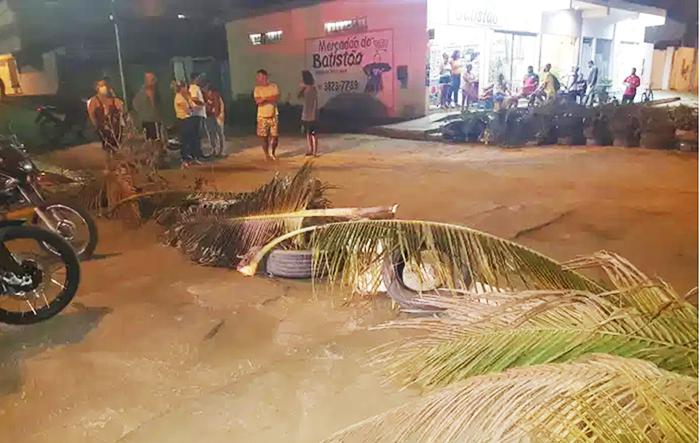 Itaperuna: manifestantes fecham avenida em situação precária