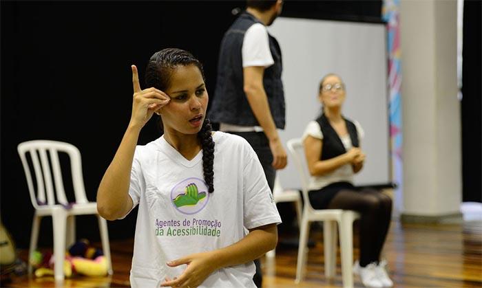 Surdos defendem Libras como segundo idioma oficial do Brasil