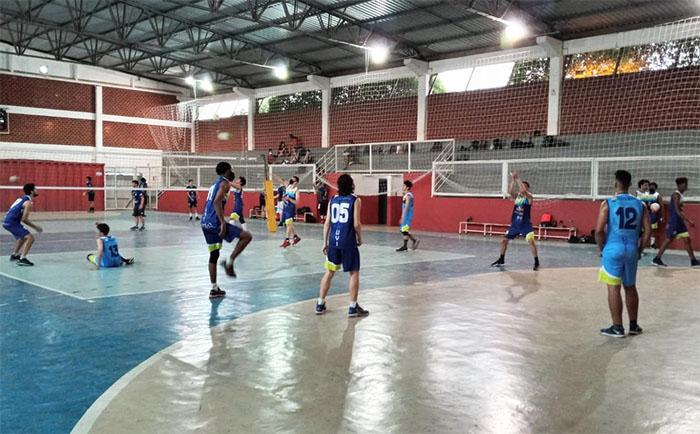 Esporte: Equipe de vôlei de Itaperuna treina na Escola Humberto de Campos